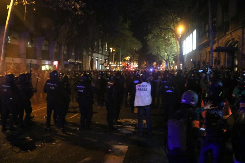 Cordó dels Mossos, en primer terme davant de la línia de manifestants, al voltant de la delegació del govern espanyol a Barcelona