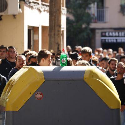 Pla detall d'una ampolla de detergent Fairy sobre un contenidor durant una protesta al barri d'Horta de Barcelona el 16 d'octubre de 2019