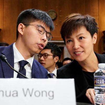"""Joshua Wong, secretari general del partit pro-democràcia de Hong Kong i líder del """"Moviment Umbrella"""" amb Denise Ho, activista pro-democràcia, abans de testificar en una audiència al Congrés dels EUA, a Washington, 17 de setembre de 2019"""