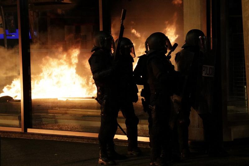 Policies nacionals amb el reflex de les barricades en flames