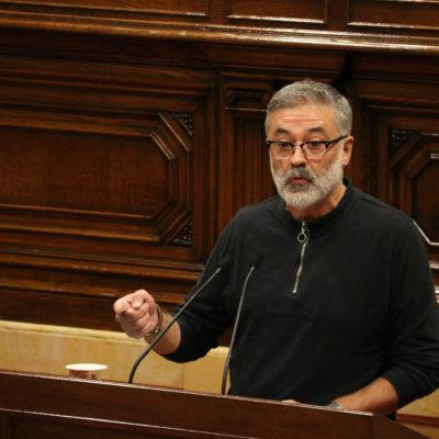 El diputat de la CUP Carles Riera, intervenint al ple després de la compareixença de Quim Torra