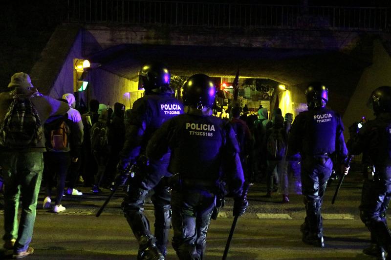 Els antidisturbis dispersant la concentració davant l'Agència Tributària a Girona, el 18 d'octubre del 2019