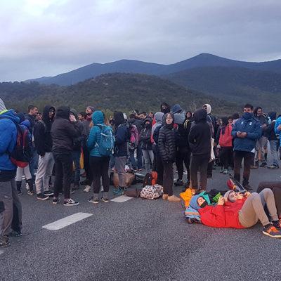 Pla obert on es pot veure un piquet tallant la carretera N-145 de la Seu d'Urgell a Andorra amb motiu de la vaga general, el 18 d'octubre de 2019.