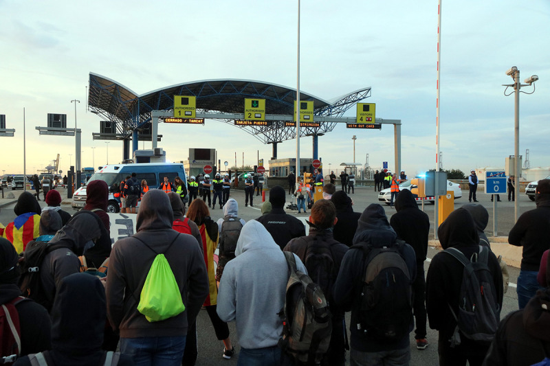 Pla obert d'alguns dels 200 manifestants que tallen l'accés al port de Tarragona, a l'A-27, el 18 d'octubre del 2019