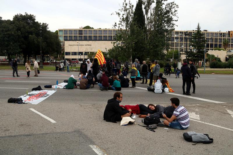 imatges del grup d'estudiants tallant la Diagonal a l'alçada de la facultat d'Economia i Empresa el 18 d'octubre de 2019