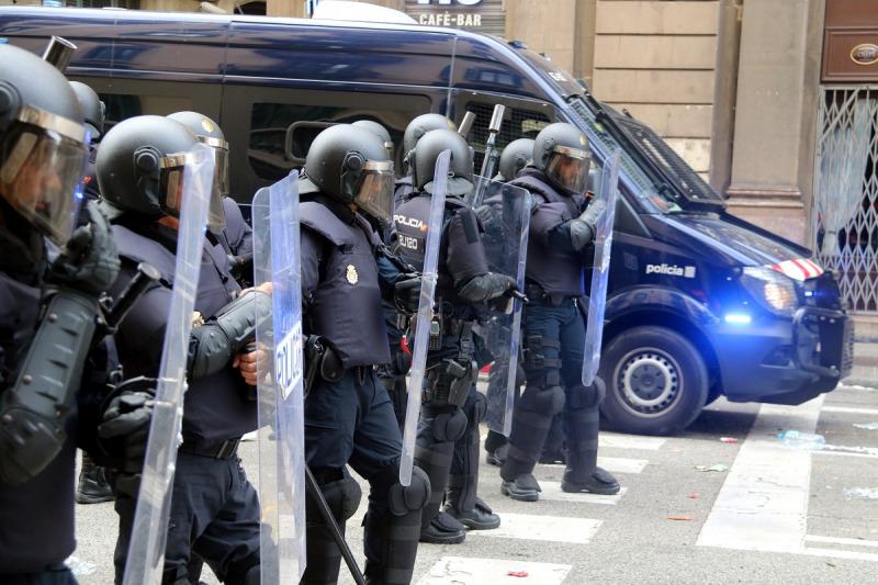 Imatge d'agents antiavalots de la policia espanyola preparats per carregar