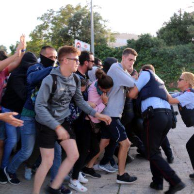Agents dels Mossos bloquegen un grup de manifestants