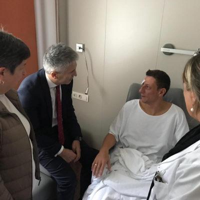 El ministre Grande-Marlaska i la delegada del govern espanyol, Teresa Cunillera, visiten un Policia Nacional a l'hospital