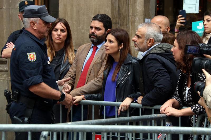 Lorena Roldán, líder de Cs a Catalunya, i Carlos Carrizosa, president del grup parlamentari, parlant amb un agent del CNP a la Prefectura, el 21 d'octubre de 2019.