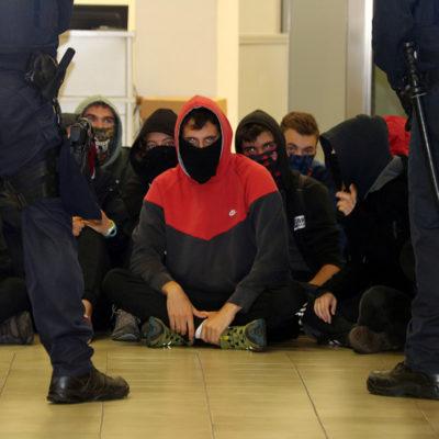 Els joves asseguts a terra a les dependències d'hisenda a Manresa