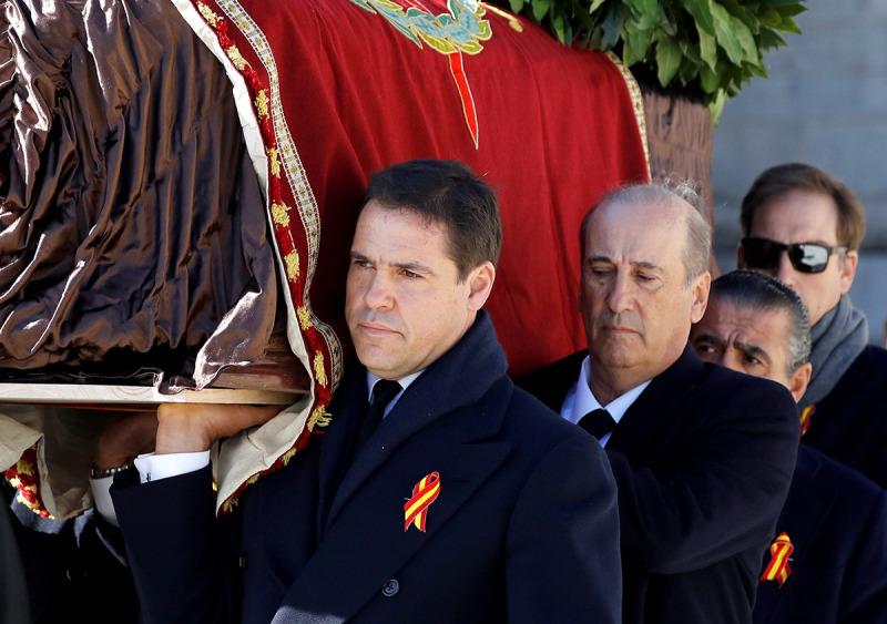 Luis Alfonso de Borbón, Francis Franco i Jaime Martínez-Bordiú porten el fèretre de Franco a la sortida de la basílica del Valle de los Caídos