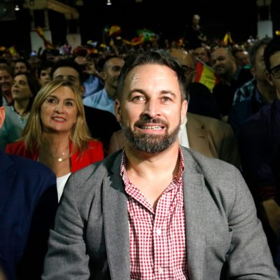Pla mitjà del president de Vox, Santiago Abascal, assegut al costat del cap de llista a Catalunya, Ignacio Garriga, a l'acte d'inici de campanya