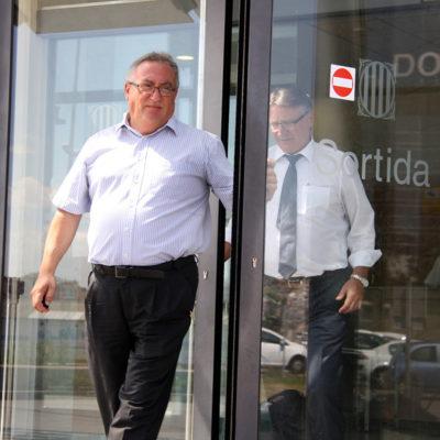 Francisco Fernández surt dels jutjats de Terrassa seguit del seu advocat
