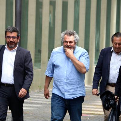 Víctor Terradellas, de la fundació CATmón, amb l'advocat de CDC Francesc Sànchez, la seva esposa, Judith Aixalà, i un altre home, sortint de la Ciutat de la Justícia