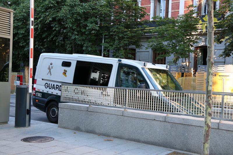 Una furgoneta de la Guàrdia Civil a l'arribada a la rampa del pàrquing de l'Audiència Nacional