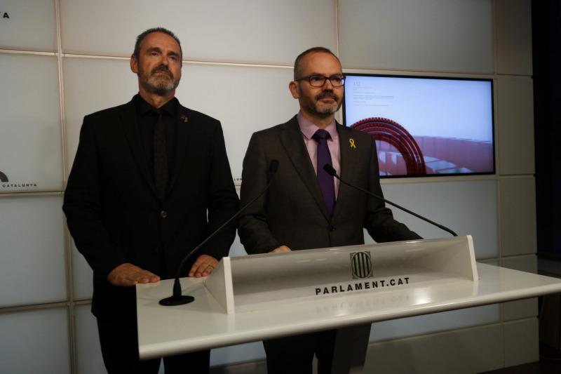 El vicepresident del Parlament i el secretari primer de la Mesa, Josep Costa i Eusebi Campdepadrós, en roda de premsa