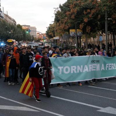 Pla obert on es pot veure una manifestació de joves a Lleida per protestar contra les detencions en els aldarulls per la sentència de l'1-O, el 17 d'octubre de 2019