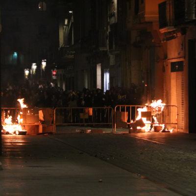 Barricades enceses al carrer Nou de Girona en el marc d'una protesta contra la sentència de l'1-O