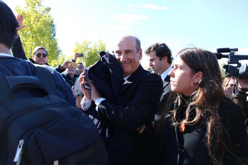 El net de Franco, Francis, saludant manifestants franquistes