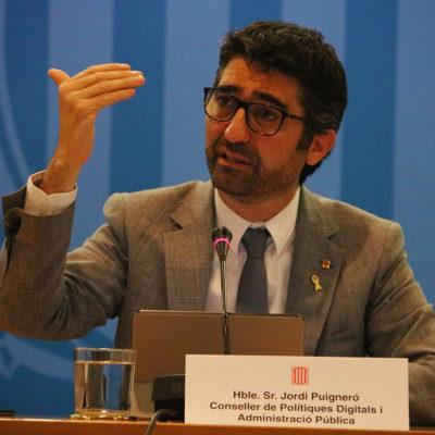 El conseller de Polítiques Digitals i Administracions Públiques gesticula en roda de premsa per valorar el nou 'decret digital' del govern espanyol
