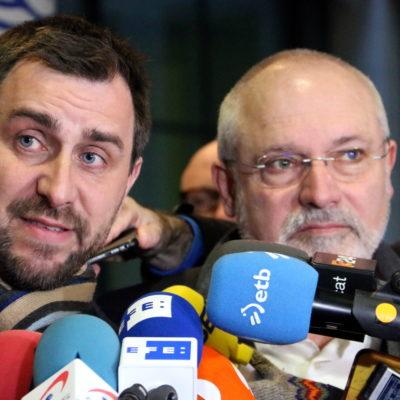 Lluís Puig i Toni Comín atenent els mitjans després de la compareixença davant del jutge d'instrucció per l'euroordre