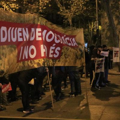 Pancarta amb el lema 'Li diuen democràcia i no ho és' en la protesta de CDR al míting final de campanya de Pedro Sánchez a Barcelona