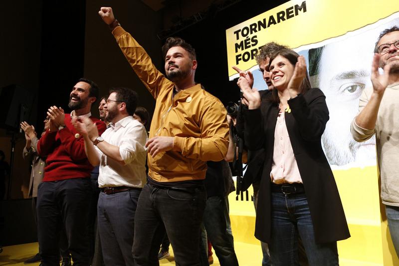 Moment al final de l'acte d'ERC a Terrassa amb el cap de llista, Gabriel Rufián, la portaveu Marta Vilalta i el coordinador nacional Pere Aragonès. Imatge del 8 de novembre de 2019.