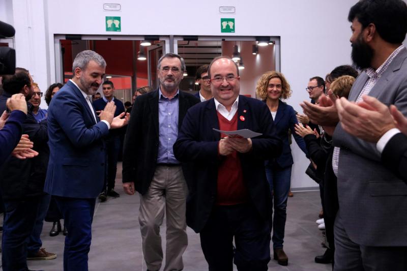 Pla obert del líder del PSC, Miquel Iceta, amb els candidats electes Meritxell Batet i Manuel Cruz, somrients