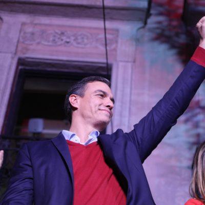 Pedro Sánchez, líder del PSOE, aixeca el puny en senyal de victòria després de les eleccions estatals el 10 de novembre del 2019