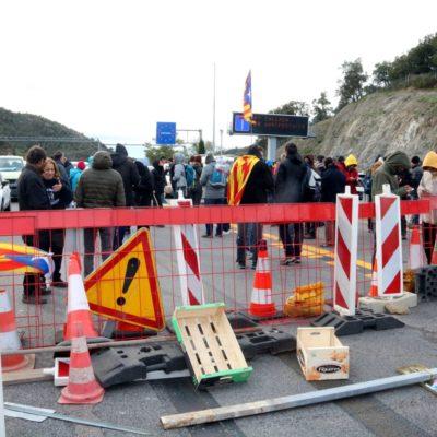 Imatge d'una barricada feta de diferents objectes al mig de l'AP-7 aquest 11 de novembre de 2019.