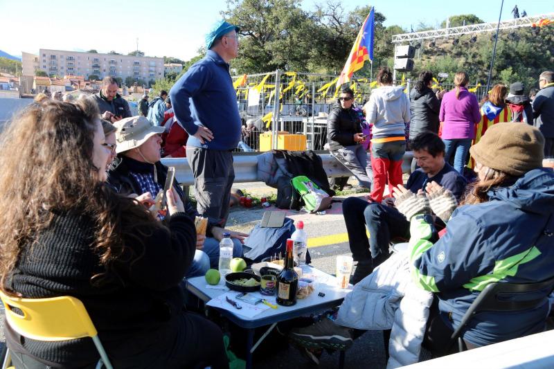 Imatge d'uns manifestants dinant a l'AP-7 aquest 11 de novembre de 2019.