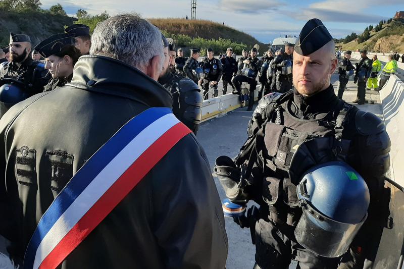 L'alcalde de Prats de Molló, Claudi Ferrer, negociant amb els antidisturbis francesos a la zona del tall a l'AP-7 convocada pel Tsunami Democràtic aquest 11 de novembre del 2019