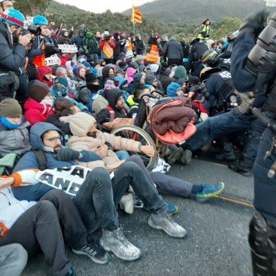Antiavalots de la policia francesa desallotgen els manifestants convocats pel Tsunami a la Catalunya Nord