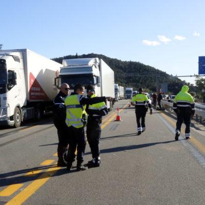 Mossos d'Esquadra i gendarmes amb els camions esperant per anar en sentit nord a l'autopista AP-7 aquest 12 de novembre del 2019