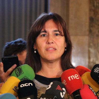 Laura Borràs (JxCat) atenent els mitjans als passadissos del Parlament