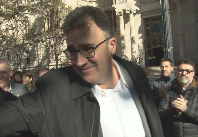 Pla curt, extret d'imatge de vídeo, de Josep Lluís Salvadó, saludat per companys davant del TSJC