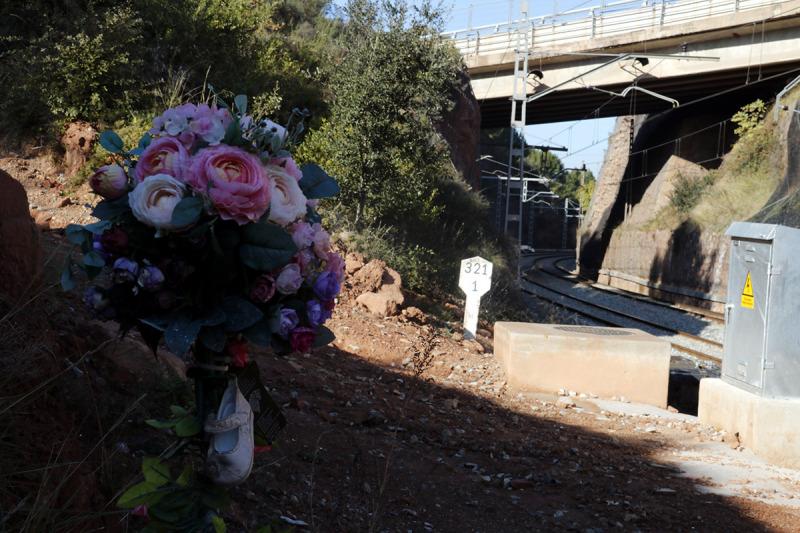 El punt de l'accident de Vacarisses, amb un ram de flors en primer terme