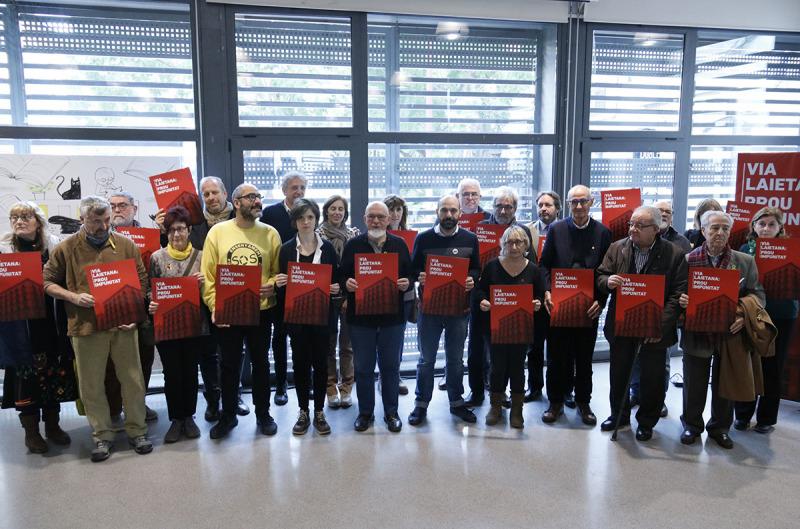 Els representants de les entitats que reclamen el tancament de la comissaria de Via Laietana i la seva reconversió en espai de memòria