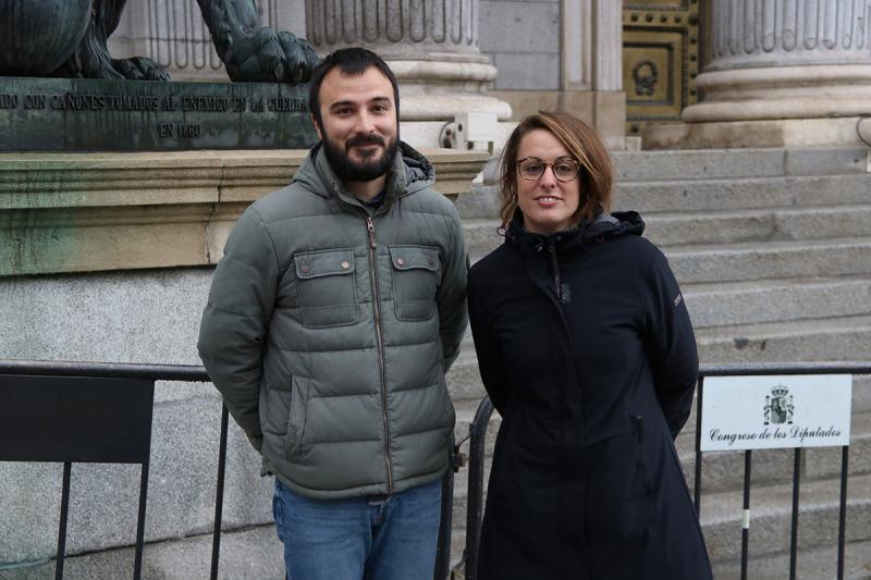 Els diputats de la CUP al Congrés Mireia Vehí i Albert Botran a l'exterior de la cambra baixa després d'acreditar-se com a diputats