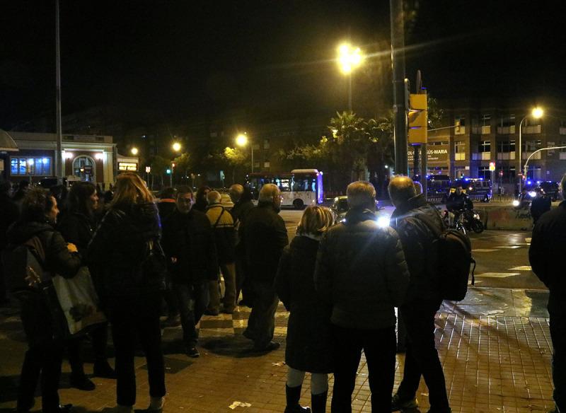 Un grup de persones a la vorera de l'avinguda Meridiana de Barcelona després d'haver estat desallotjats pels Mossos d'Esquadra