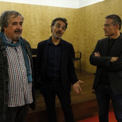 Els membres col·lectiu de militants d'ERC Primer d'Octubre Joan Puig, Xavier Martínez i Àngel Ruiz en un moment previ a la roda de premsa