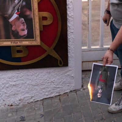 Cremen fotos de Felipe VI a Barcelona