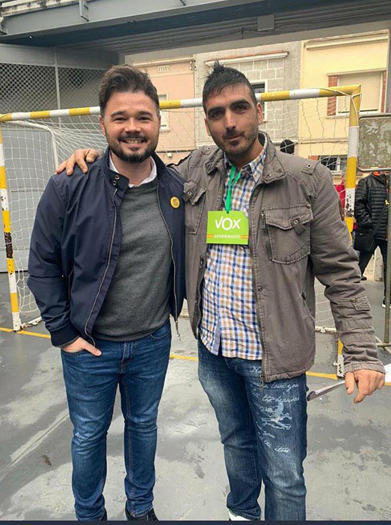 Gabriel Rufián es fotografia amb un apoderat de Vox el 10-N