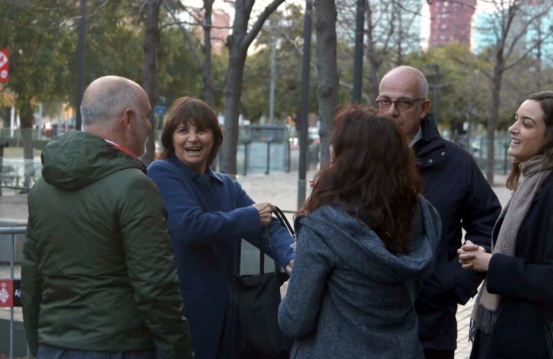 L'exdirectora de serveis de Presidència Teresa Prohias parlant en sortir de la Ciutat de la Justícia, amb Ignasi Genovès al costat