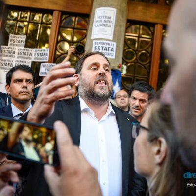 Foto de @marcpuigperez davant el Departament d'Economia el 20S amb Oriol Junqueras