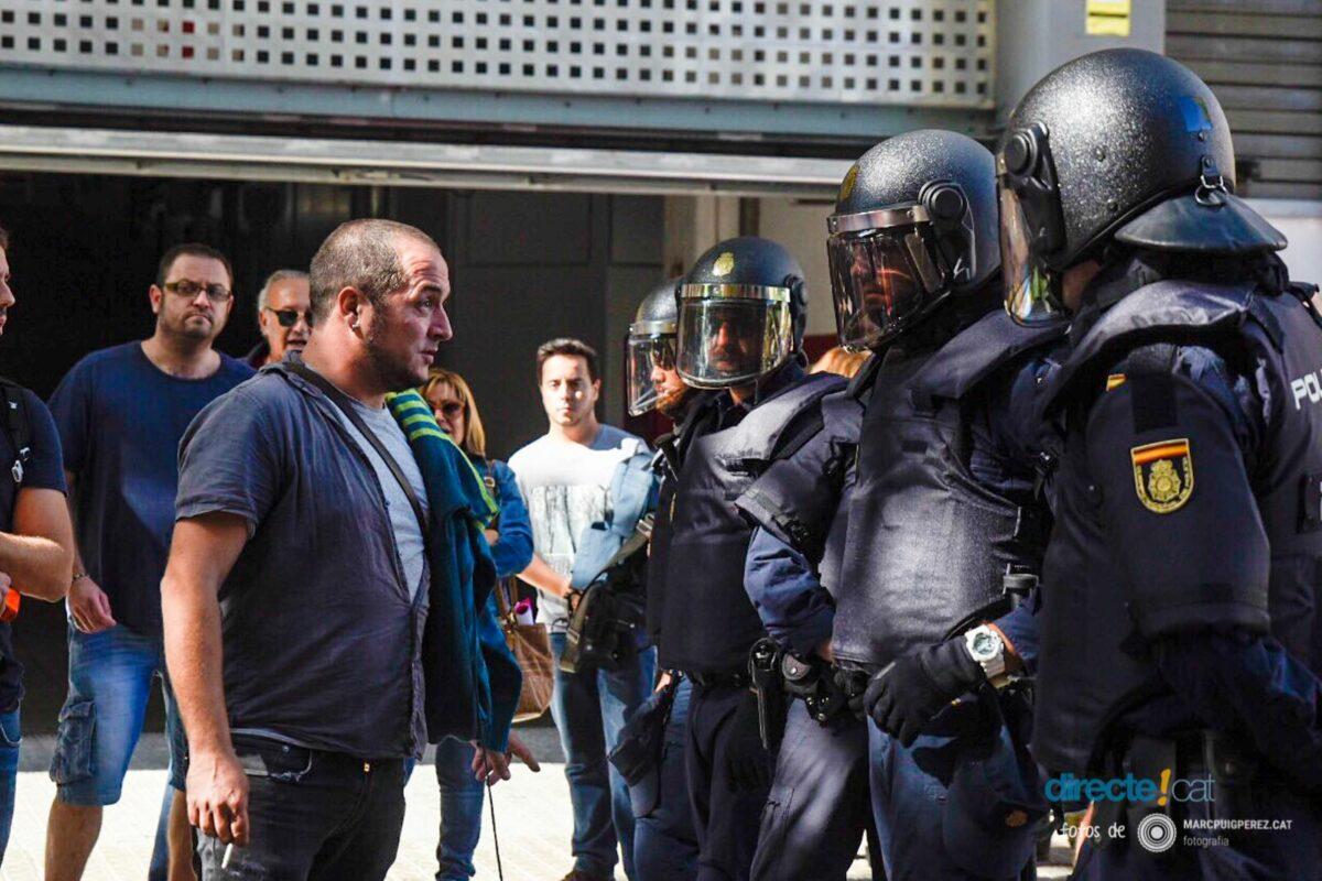 Foto de @marcpuigperez que mostra David Fernández davan la policia espanyola