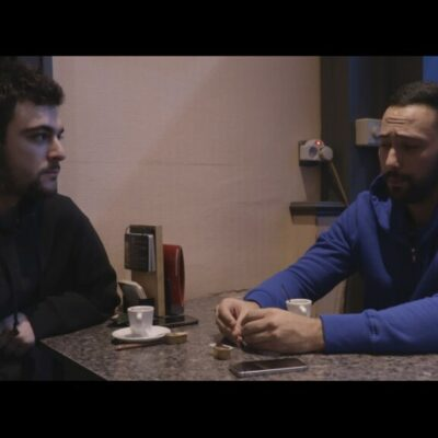 Un fotograma del documental amb Adrià Carrasco compartint taula amb el raper Valtònyc.