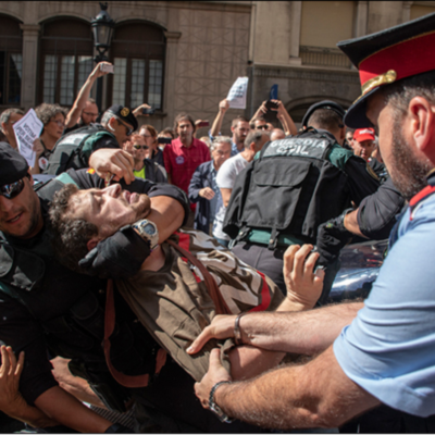 Foto: @marcpuigperez Foto de setembre 2017 a Via Laietana que mostra un mosso en defensa de la seva gent davant la policia repressora
